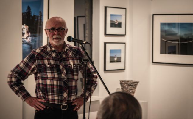 Affiche -  Joe lors de la rencontre 'Paroles d'artistes' au Slate Fine Art Gallery - mars 2014 Crédit photo: Gildas Hélye